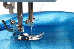 La machine à coudre fait des coutures sur le tissu, vue de côté Photo stock