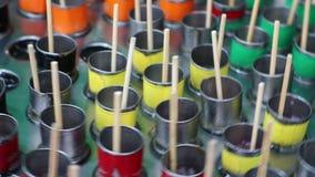 La machine à glaçons secoue pour font la barre douce de glace dedans varier le goût tel que l'orange, soude, kola, fraise banque de vidéos
