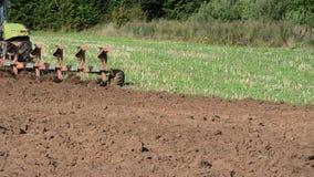 La machine agricole lourde fonctionne dans le domaine banque de vidéos