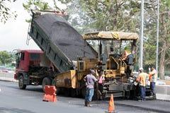 La machine d'asphalte met une nouvelle surface - couche Photos stock
