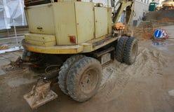 La machine d'excavatrice de roue déchargeant le sable à eathmoving fonctionne dans le chantier de construction Vieille excavatric Image libre de droits