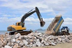 La machine d'excavatrice se déplace avec le seau augmenté Photographie stock