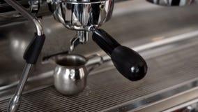 La machine de café fait une tasse du café clips vidéos