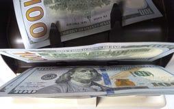 La machine de compteur d'argent électronique compte compte les billets de banque américains de dollars US de cent-dollar photographie stock libre de droits