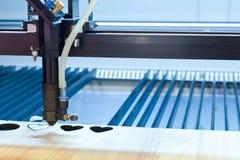 La machine de gravure a coupé l'eart-shap sur le métal photo stock