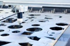 La machine de gravure a coupé le cercle sur le métal Photographie stock