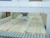 La machine de sawing en bois fait des modèles sur l'arbre Photographie stock libre de droits