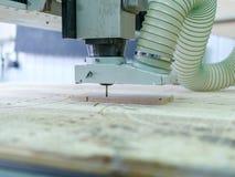 La machine de sawing en bois fait des modèles sur l'arbre Images stock