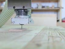 La machine de sawing en bois fait des modèles sur l'arbre Photo stock