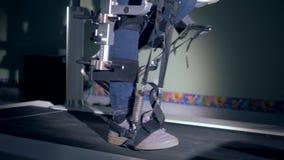 La machine en métal aide une personne à marcher, vue de côté banque de vidéos
