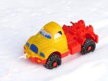 La machine en plastique des enfants sur la neige Photo libre de droits