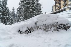 La machine est couverte de tempête de neige de neige Mauvais temps Beaucoup de neige photographie stock libre de droits