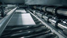 La machine imprime le papier à une usine, fin  banque de vidéos