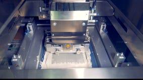 La machine industrielle ajoutent la pâte thermique sur un composant de l'ordinateur clips vidéos