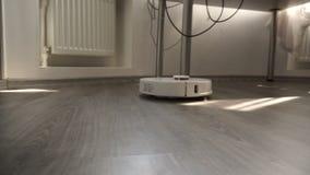 La machine intelligente robotique autonome d'aspirateur nettoie le plancher stratifié banque de vidéos