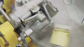 La machine met le beurre dans des paquets banque de vidéos