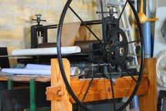 La machine pour imprimer sur le tissu est dans un atelier photos libres de droits