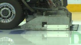 La machine pour niveler la glace, la voiture passe par la machine à glace Zamboni banque de vidéos