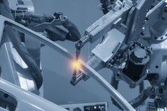 La machine robotique de soudure soudant les pièces des véhicules à moteur image libre de droits