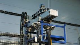 La machine robotique moderne transporte le détail bleu à l'usine banque de vidéos