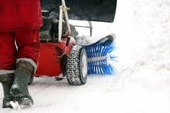 La machine spéciale pour le déblaiement de neige nettoie la route photo stock