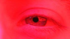 La macro cercana para arriba en hombre se mueve los ojos de lado a lado con la expresión facial chocada almacen de metraje de vídeo