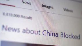 La macro copie d'écran de l'ordinateur avec des nouvelles des textes au sujet de la Chine a bloqué brouillé Foyer sélectif Profon photo stock