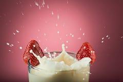 La macro de salpica de la leche Fotos de archivo