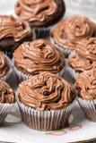 La macro del primo piano della tazza del cioccolato agglutina con la crema del cioccolato del ganache sulla cima Fotografia Stock Libera da Diritti