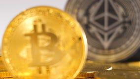 La macro devise d'or a attiré la pièce de monnaie plus que noire d'attention banque de vidéos