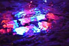 La macro eau de fontaine de lumières colorées Photo libre de droits
