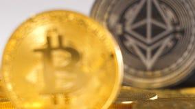 La macro pièce de monnaie appartient à Bitcoin devant le modèle d'Ethereum banque de vidéos