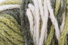 La macro texturizó el hilo del hilado de lanas del color Imagenes de archivo