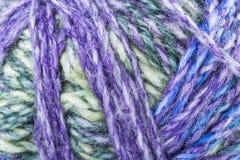 La macro texturizó el hilo del hilado de lanas del color Imágenes de archivo libres de regalías