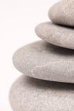 La macro vista del primo piano ha equilibrato il fondo astratto delle pietre di grey Immagini Stock Libere da Diritti