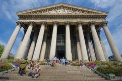 La Madeleine Church i Paris, Frankrike är en populär turist- destination Royaltyfria Bilder