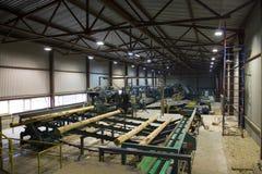 La madera abre una sesión el sistema de transportador en serrería Fotografía de archivo