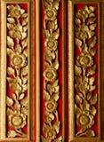 La madera anhela el modelo en la puerta en el templo Fotografía de archivo libre de regalías