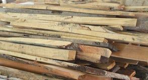 La madera apilada abre una sesión los emplazamientos de la obra, una pila de registros de madera Fotografía de archivo