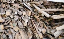 La madera apilada abre una sesión los emplazamientos de la obra, una pila de registros de madera Fotos de archivo libres de regalías