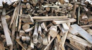 La madera apilada abre una sesión los emplazamientos de la obra, una pila de registros de madera Fotos de archivo
