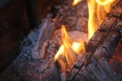 La madera ardiente, ascua y abre una sesi?n el fuego Fuego del campo foto de archivo libre de regalías