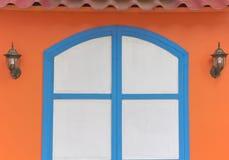La madera azul confinó la puerta blanca Foto de archivo