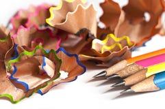 La madera colorida dibujó a lápiz virutas en blanco Imagen de archivo