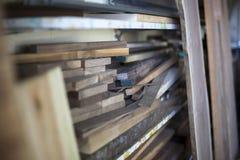 La madera de construcción molida se apila y alista para el carpintero Imagen de archivo libre de regalías