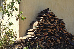 La madera de la losa en el pueblo Fotos de archivo