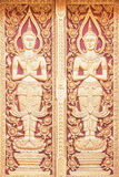 La madera de talla de la puerta en el templo en Chiang Mai Thailand Foto de archivo