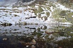 La madera del cielo azul de la naturaleza de la montaña se nubla el lago del reflejo de la nieve Imágenes de archivo libres de regalías