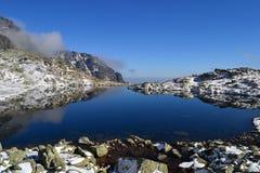 La madera del cielo azul de la naturaleza de la montaña se nubla reflejo del lago Foto de archivo
