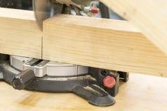 la madera del corte del carpintero del hombre usando la tabla vio en el emplazamiento de la obra imagen de archivo